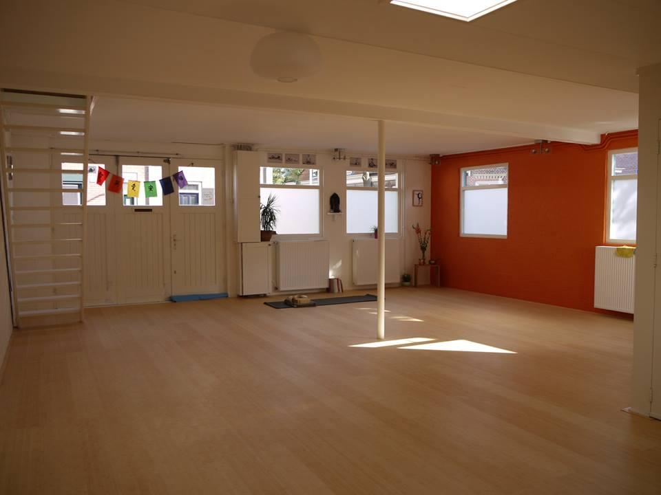 yogazaal oranje muur